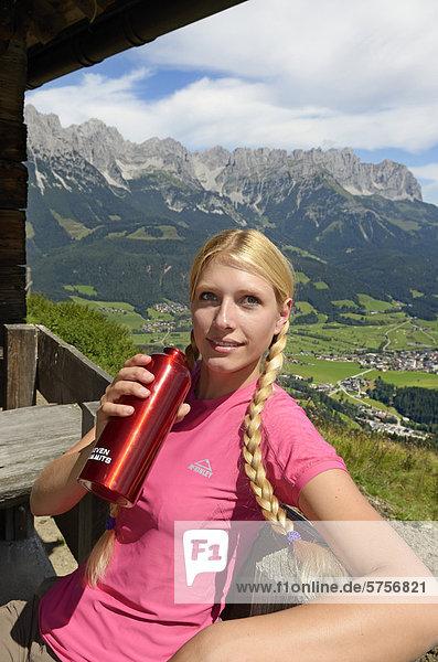 Wanderin bei Rast auf der Lederer Alm  Hartkaiser  Blick auf Wilder Kaiser  Tirol  Österreich  Europa