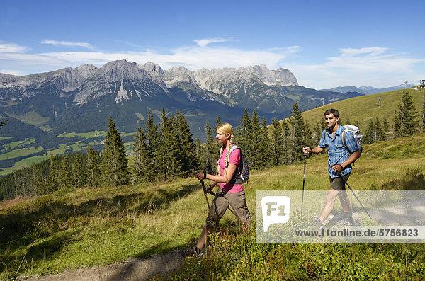 Wanderer auf dem Hartkaiser mit Blick auf Wilder Kaiser  Tirol  Österreich  Europa