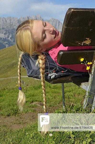 Wanderin rastet auf dem Hartkaiser  hinten der Wilde Kaiser  Tirol  Österreich  Europa