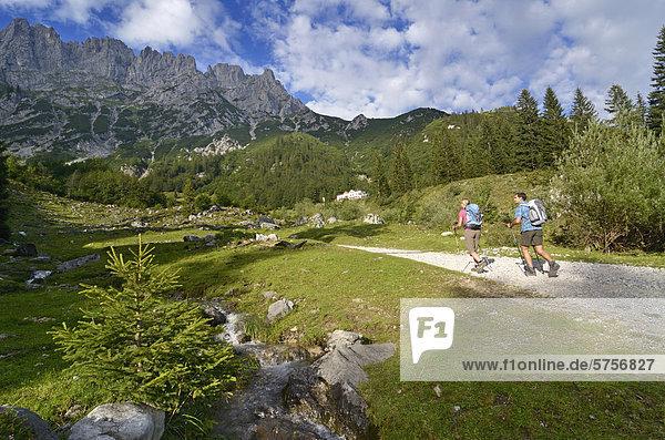 Wanderer steigen von der Wochenbrunner Alm zur Gaudeamushütte  Ellmau  Going  Wilder Kaiser  Tirol  Österreich  Europa