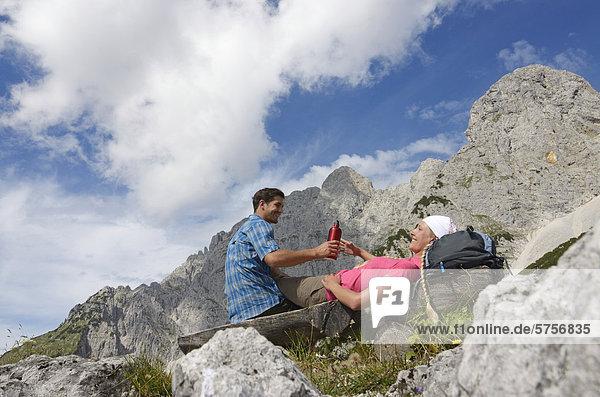 Wanderer bei Rast bei der Gruttenhütte  Ellmauer Halt  Wilder Kaiser  Tirol  Österreich  Europa