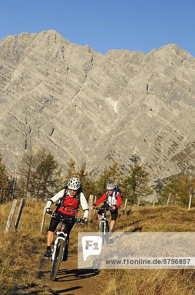 Mountainbiker auf dem Feuerpalven vor der Watzmann-Ostwand  Berchtesgadener Land  Oberbayern  Bayern  Deutschland  Europa