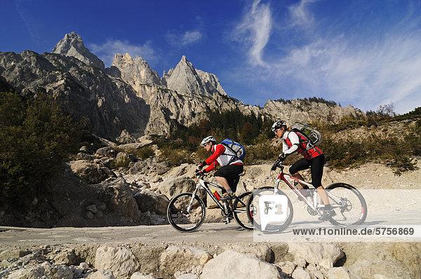 Mountainbiker in der Ramsau,  im Klausbachtal vor den Mühlsturzhörnern,  Berchtesgadener Land,  Oberbayern,  Bayern,  Deutschland,  Europa
