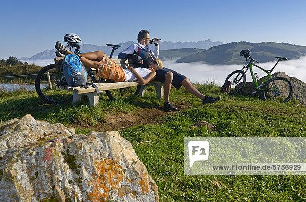 Mountainbiker rasten am Salvensee  Hohe Salve  Kitzbühler Horn  Kitzbühler Alpen  Tirol  Österreich  Europa