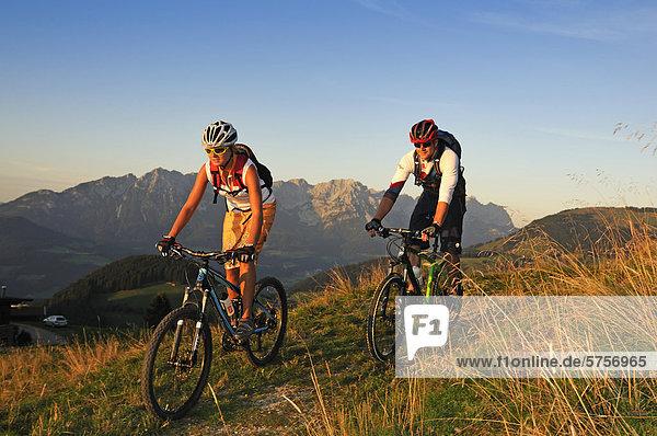 Mountainbiker auf der Kraftalm  Hohe Salve  Kitzbühler Alpen  Tirol  Österreich  Europa