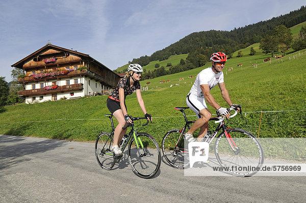 Paar fährt Rennrad  Kelchsau  Kitzbühler Alpen  Tirol  Österreich  Europa