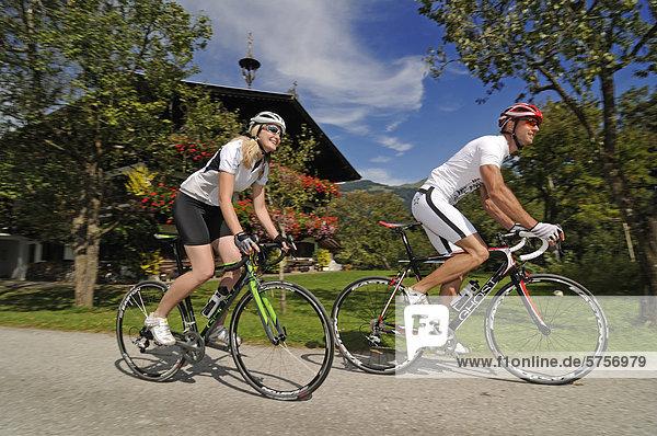 Paar fährt Rennrad  Schwaigerberg  Hopfgarten  Hohe Salve  Kitzbühler Alpen  Tirol  Österreich  Europa
