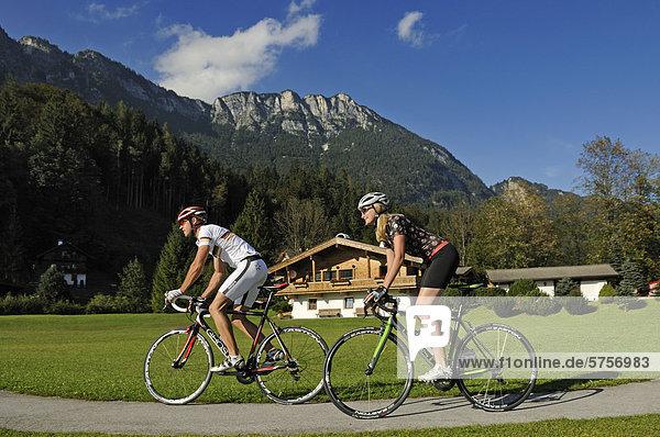 Paar fährt Rennrad  Maria Stein  Wörgl  Kitzbühler Alpen  Tirol  Österreich  Europa