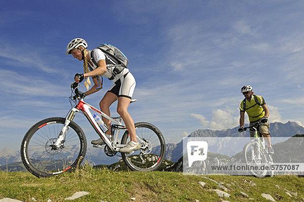 Mountainbiker auf der Steinplatte vor den Loferer Steinbergen  Tirol  Österreich  Europa