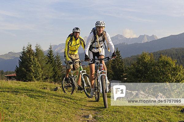 Mountainbiker auf der Winklmoos-Alm vor den Loferer Steinbergen  Chiemgau  Oberbayern  Bayern  Deutschland  Europa