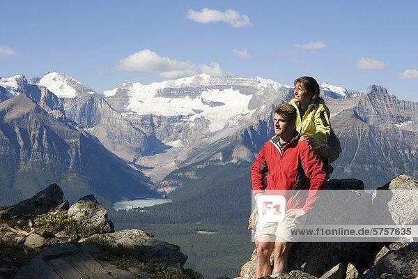 Ein paar Wandern im Skigebiet See Louise  Banff Nationalpark  Alberta  Kanada.