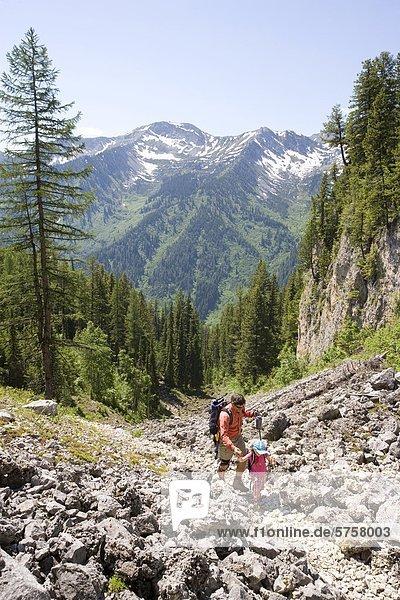 Mann Wandern mit Tochter am Trail vor Island Lake Resort im Bereich Eidechse  Fernie  Britisch-Kolumbien  Kanada.