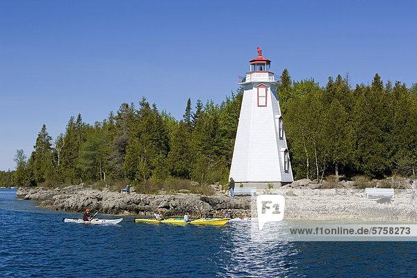 Nostalgie groß großes großer große großen Leuchtturm Paddel Kajakfahrer Kanada Fathom Five National Marine Park Ontario