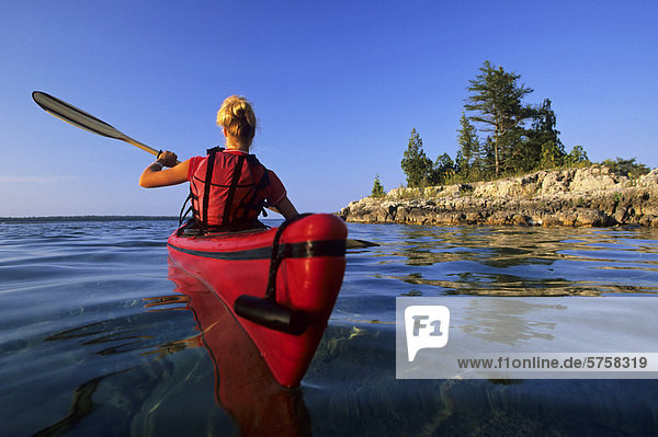 junge Frau junge Frauen Sonnenuntergang Küste See Paddel Kajak vorwärts Huronsee Lake Huron