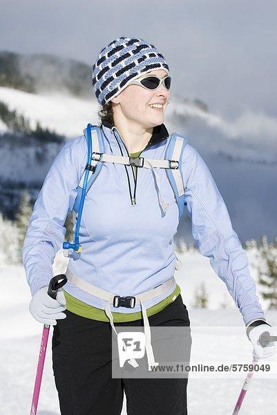 Eine Frau Langlauf in Strathcona Provincial Park  Vancouver Island  British Columbia  Kanada.