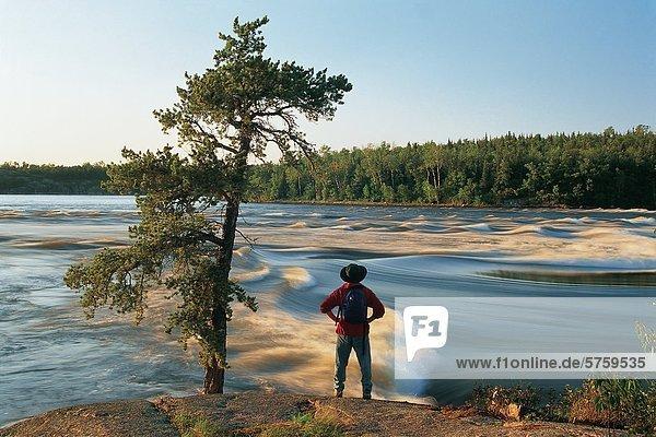 Wanderer am Winnipeg River bei Sturgeon Falls  Whiteshell Provincial Park  Manitoba  Kanada.