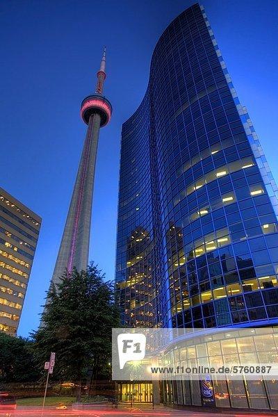 Flachwinkelansicht der CN Tower in der Abenddämmerung  Toronto  Ontario  Kanada