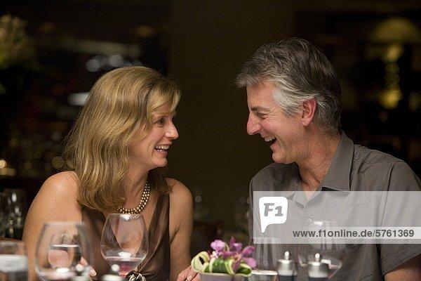 Aged Couple genießen ein ausgezeichnetes  Whistler Village  British Columbia  Kanada