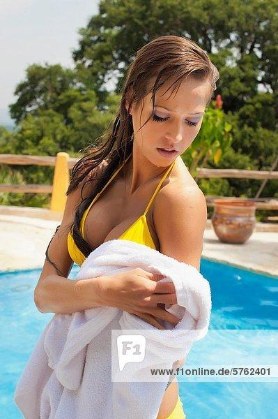 Frau  Bikini  trocknen  Handtuch  Hingebung  weiß  jung  schwimmen  rauskommen