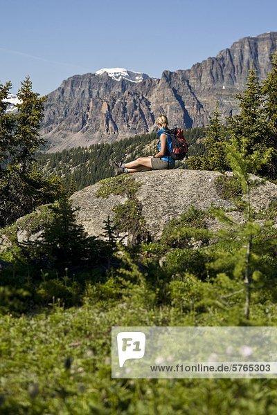 Ein Wanderer entdecken die Spuren des Sunshine Wiesen  Banff-Nationalpark  AB