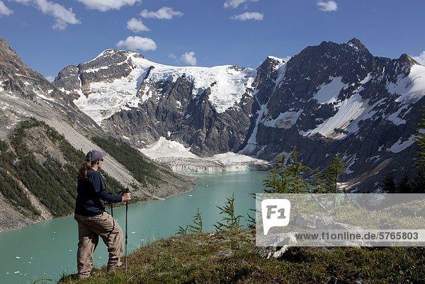 Wanderer hoch über See der hängende Gletscher  Purcell Mountains  British Columbia  Kanada