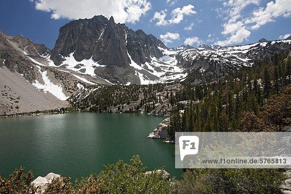 Tempel Crag und Fifth-See von der großen Pine Lakes Trail in der John Muir Wilderness  Sierra Mountain Range  Kalifornien  USA