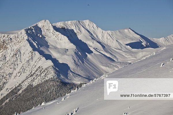 benutzen Snowboardfahrer treten unbewohnte entlegene Gegend Splitboard Rip Linie