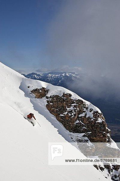 Junger Mann Skifahren im Super Bowl  Kicking Horse Mountain Resort  British Columbia  Kanada.