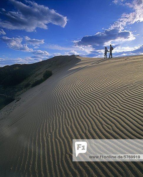 Zwei Wanderer im Geist Sands  Fichte Woods Provincial Park  Manitoba  Kanada