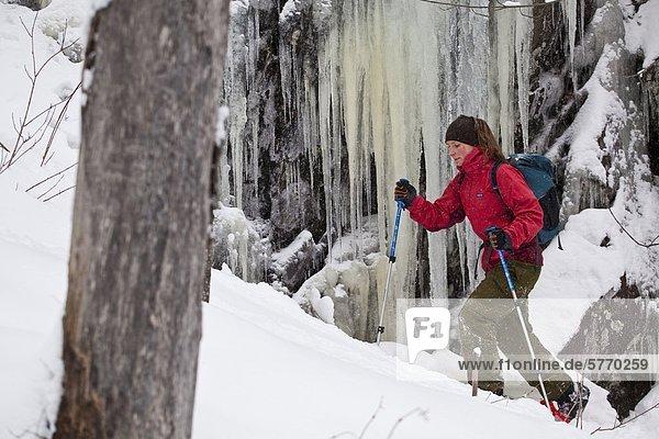 Eine junge Frau  Schneeschuhwandern im frischen Powder in den östlichen Townships auf Mt. Schinken  Quebec  Kanada