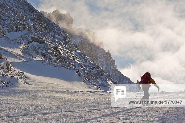 Ein Mann-Ski Touren entlang der Französisch/Haig Robertson durchqueren  Peter Lougheed Provinicial Park  Kananaskis  Alberta  Kanada