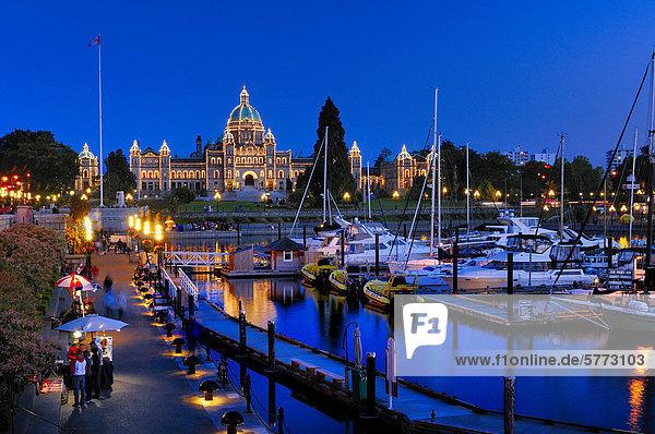 Einbruch der Dunkelheit auf dem Causeway  Inner Harbour und Parlamentsgebäude in Victoria  British Columbia  Kanada.