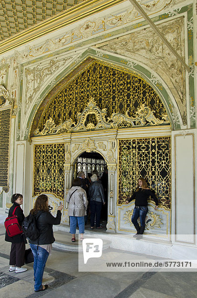 Eingang zum kaiserlichen Divan  Topkap_ Palast  Istanbul  Türkei