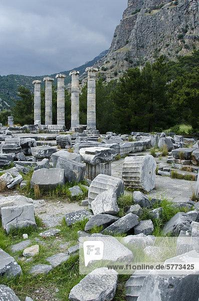 Priene Ruinen einer antiken griechischen Stadt von Ionia am Fuße einer Klippe von Mykale  25 Kilometer (16) aus antiken Milet in der Türkei