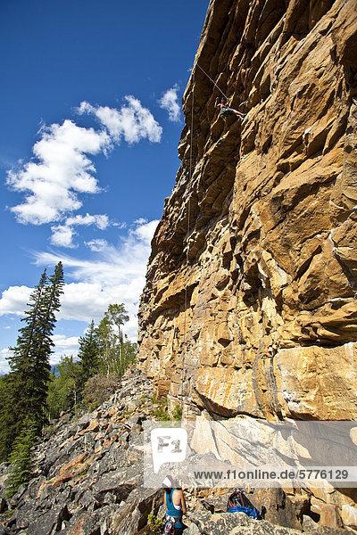 Zwei Frauen-Klettern am Lost Boys Klettergebiet  Jasper Nationalpark  Alberta  Kanada