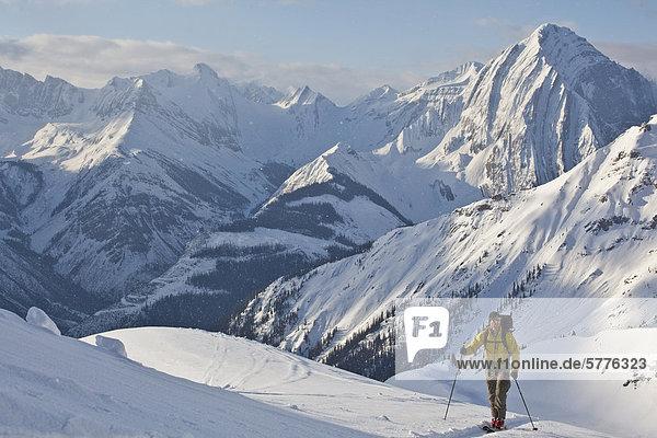nahe Hütte Mann Reise Tagesausflug Ski unbewohnte entlegene Gegend Rocky Mountains kanadisch