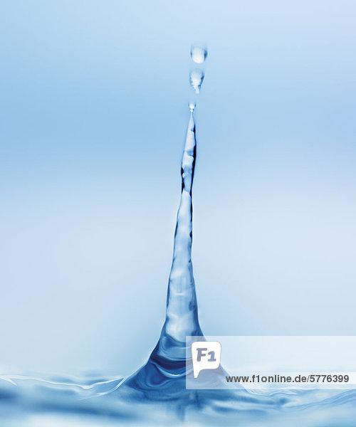 Wassertropfen spritzt aus Wasserfläche
