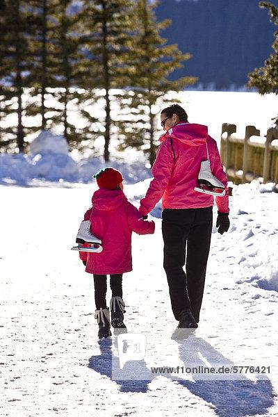 Mutter und Tochter Eislaufen am Lake Louise  Banff Nationalpark  Alberta  Kanada.