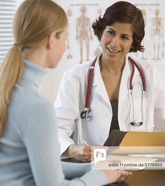 Frau  sprechen  Arzt  Büro