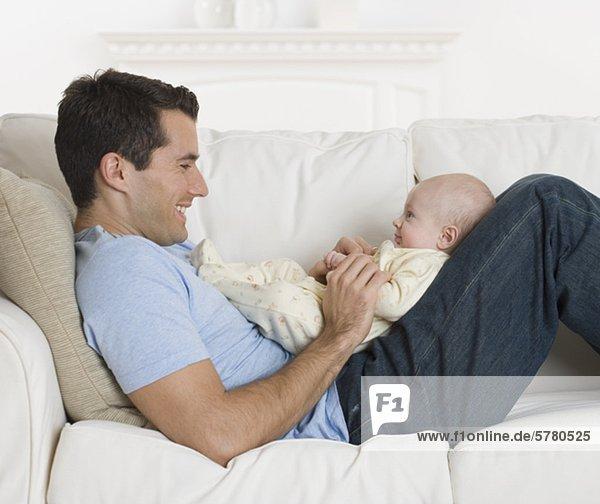 Couch  lächeln  Menschlicher Vater  Baby