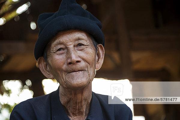 Älterer Mann aus dem Bergvolk oder Bergstamm der Hmong  Porträt  Nordthailand  Thailand  Asien