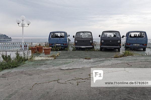 Vier ausrangierte Kleinbusse  in Reihe abgestellt  Insel Ischia  Golf von Neapel  Kampanien  Süditalien  Italien  Europa