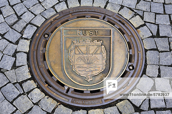 Kanaldeckel mit dem Stadtwappen von Rust  Baden-Württemberg  auf dem Marktplatz von Kulmbach  Partnerstadt seit 1981  Oberfranken  Bayern  Deutschland  Europa
