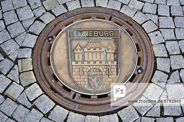 Kanaldeckel mit dem Stadtwappen von Lüneburg auf dem Marktplatz von Kulmbach  Städtefreundschaft seit 1970  Oberfranken  Bayern  Deutschland  Europa