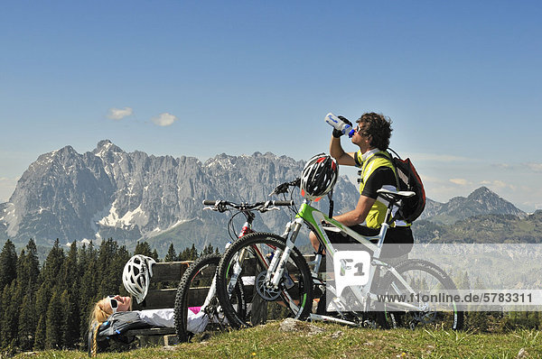 Mountainbiker machen Rast  Eggenalm  Reit im Winkl  Chiemgau  Bayern  Deutschland  Europa