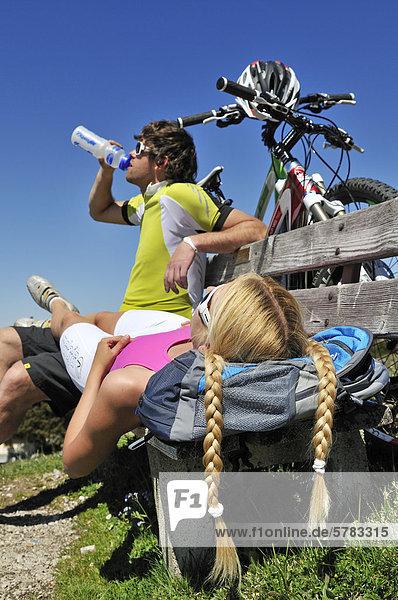 Mountainbiker machen Rast,  Eggenalm,  Reit im Winkl,  Chiemgau,  Bayern,  Deutschland,  Europa