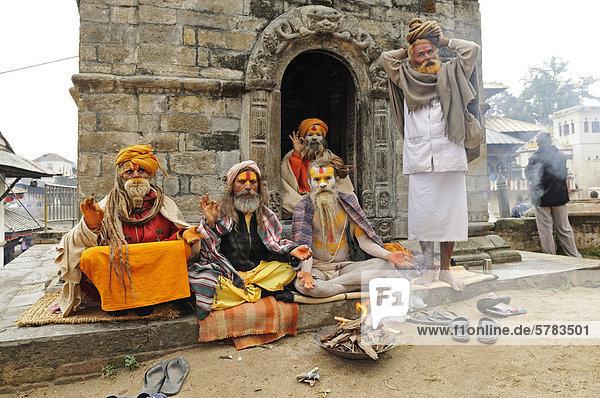 Sadhus in Pashupatinath  Kathmandu  Kathmandu Valley  Nepal  Asien
