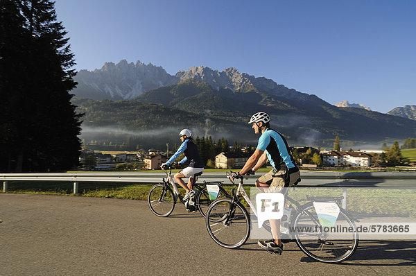 Paar auf Elektrorädern  Innichen  Hochpustertal  Südtirol  Italien  Europa