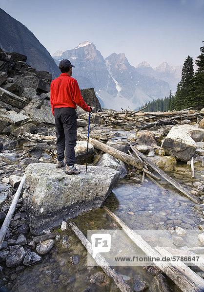 Wanderer am Moraine Creek mit Wenkchemna Gebirge Hintergrund  Banff Nationalpark  Alberta  Kanada.