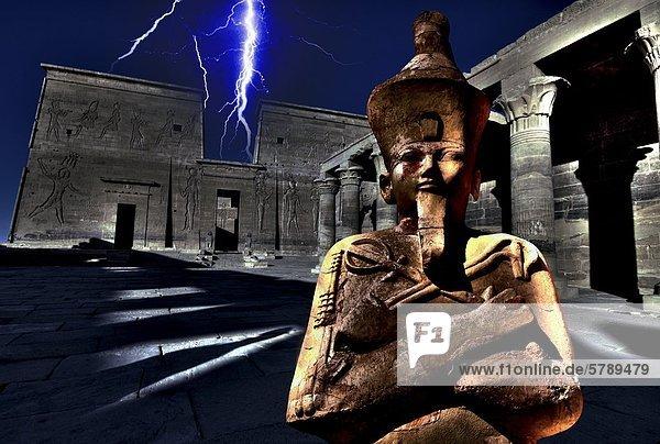 Collage aus Blitzen über dem Philae-Tempel und Osirisstatue im Tempel der Hatschepsut  Ägypten